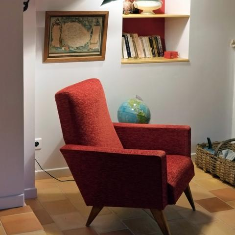 A lounge chair in the Préau Saint-Jacques guest house in Castres